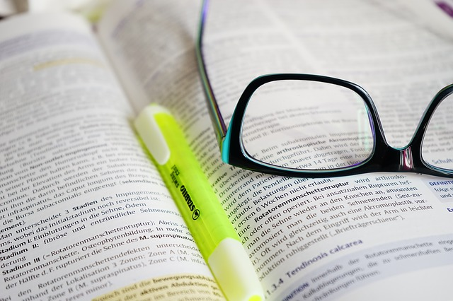 glasses 272399 640 - WordPressでアフィリエイトする際のおすすめ本6選!初心者〜中級者向け