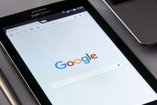 google on your smartphone 1796337 640 530x354 - WordPress初心者がseo対策でやるべき設定方法まとめ