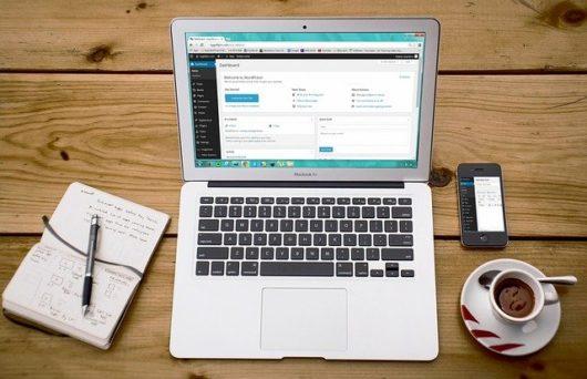 laptop 593673 640 530x342 - WordPressとは?CMSとの違いを比較!初心者にも分かりやすく基礎知識を解説